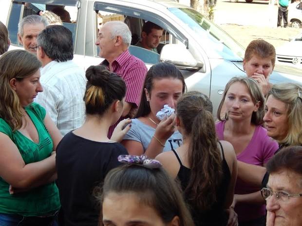 Orações e muita emoção marcaram cerimônia de enterro (Foto: Laion Espíndula/G1)