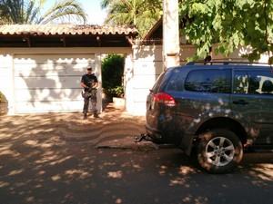Agentes da PF cumprindo mandado na casa de Siqueira Campos (Foto: Sydney Neto/TV Anhanguera)