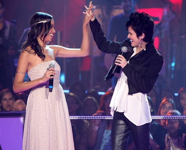 Bella Stone e Priscylla Lisboa comemoram no palco do The Voice Brasil (Foto: The Voice Brasil/TV Globo)