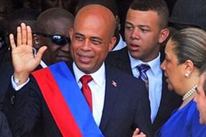 Michel Martelly acena após tomar posse como presidente do Haiti (Foto: Thony Belizaire/AFP)