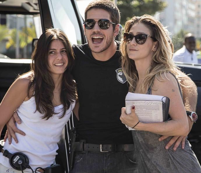 Marco Pigossi bem acompanhado das diretoras Amora Mautner e Joana Jabace (Foto: Inácio Moraes/ Gshow)