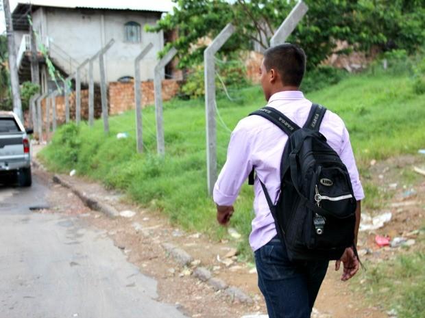 Após descer de ônibus, Sóstenes caminha meio quilômetro até o curso (Foto: Jamile Alves/G1 AM)