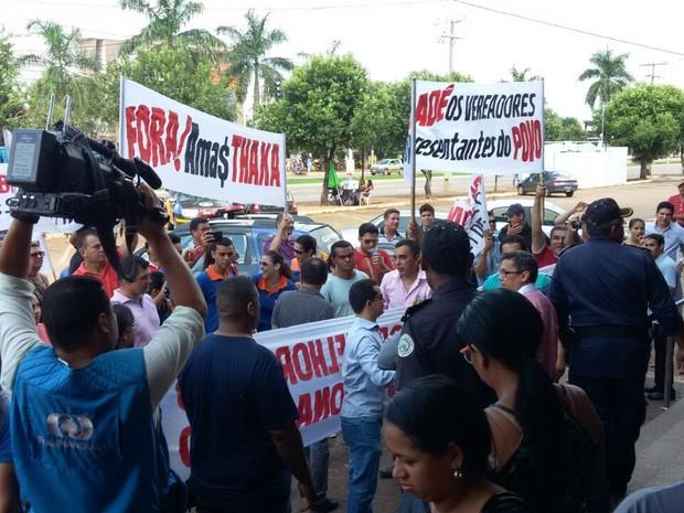 Manifestantes protestaram em frente ao prédio da Prefeitura de Palmas (Foto: Gleydsson Nunes/CBN Tocantins)