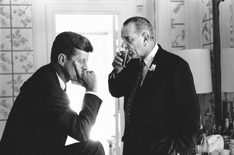 JFK com o senador Lyndon Johnson, em 14 de julho de 1960, durante a Convenção Democrata, em Los Angeles (Foto: AP Photo/Jacques Lowe)