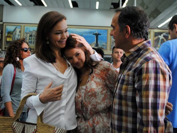 Julia faz um carinho em Bruna durante gravação da novela (Foto: Em Família/TV Globo)