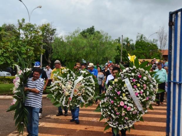 Pelo menos 150 pessoas acompanharam o enterro de aeromoça em Sumaré, SP (Foto: Fernando Pacífico / G1 Campinas)