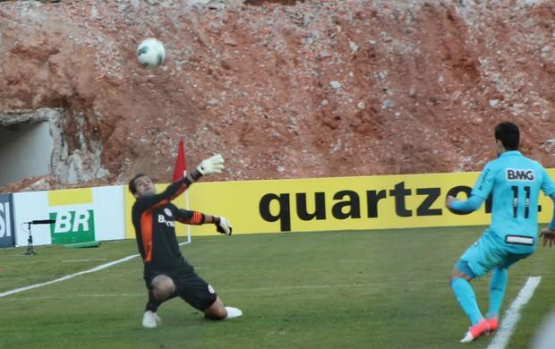Muriel defende cabeçada de Henrique (Foto: Diego Guichard/GLOBOESPORTE.COM)