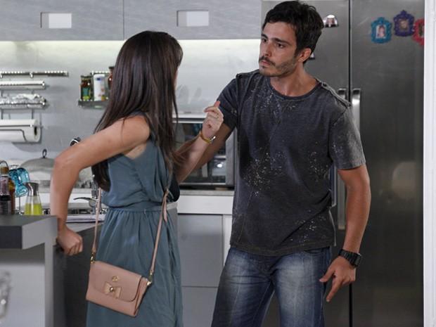 Zenon tenta dar um susto e ameaçar Carolina (Foto: Guerra dos Sexos/ TV Globo)