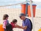 Marcos Caruso brinca com os netos na praia do Leblon, no Rio