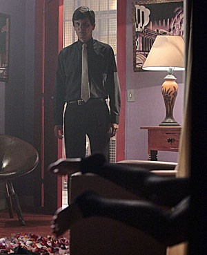 Adam só vê as pernas de Jéssica dentro do quarto (Foto: Salve Jorge/TV Globo)