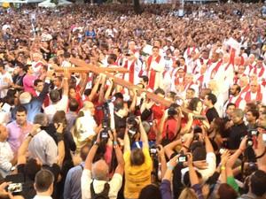 Cruz Peregrina é levada pelos fiéis até o palco na praia de Icaraí, em Niterói (Foto: Matheus Giffoni/G1)