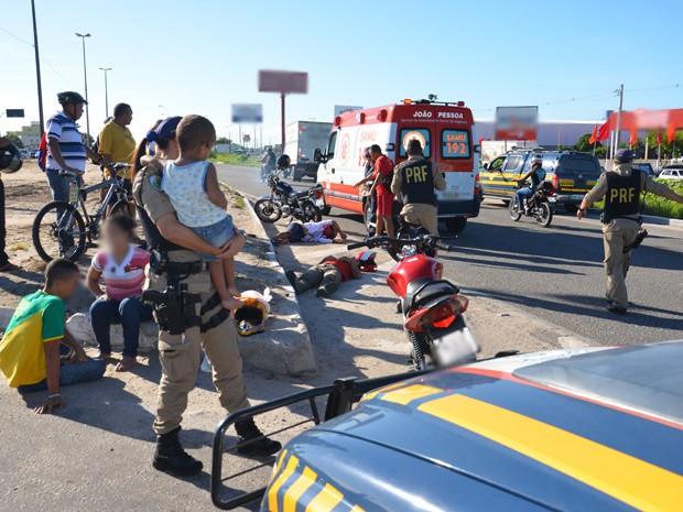 Uma criança de 2 anos estava entre os feridos em acidente  (Foto: Walter Paparazzo/G1)