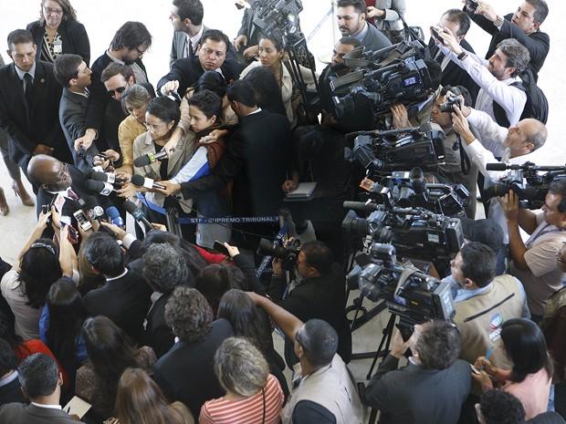 O ministro Joaquim Barbosa concede entrevista após participar pela última vez de uma sessão do Supremo Tribunal Federal (Foto: Nelson Jr./SCO/STF)