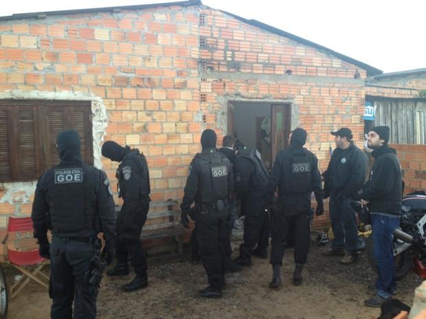 Polícia tenta acabar com a guerra pelo tráfico de drogas na Restinga e em Eldorado do Sul (Foto: Fábio Almeida/RBS TV)