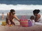 Letícia Spiller na praia aos 39 anos: show de boa forma