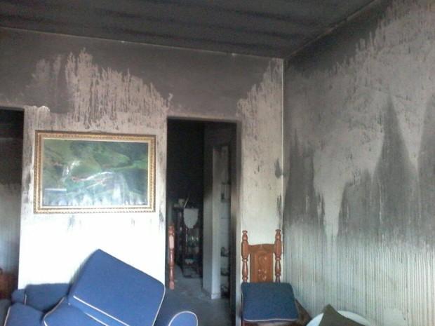 Suspeitos ainda colocaram fogo no interior da casa. (Foto: Cristiano Dias/Inter TV dos Vales)
