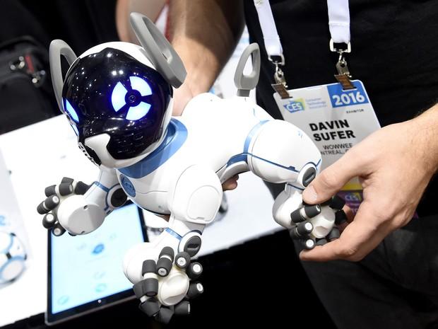 O cão robô CHiP, da WowWee, apresentado na CES 2016 (Foto: Ethan Miller/Getty Images North America/AFP)