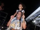 Scheila Carvalho se diverte com a filha em show do marido, Tony Sales
