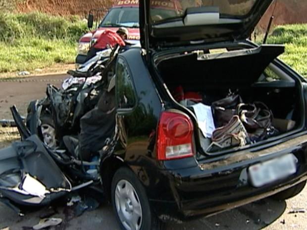 Automóvel envolvido em acidente na BR-101. (Foto: Reprodução/TV Gazeta)