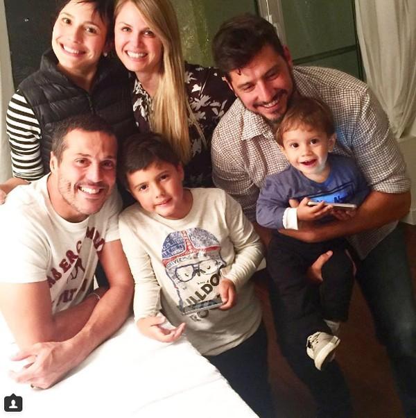 Juliana Knust e Susana Werner posam com respectivas famílias para foto (Foto: Reprodução / Instagram)