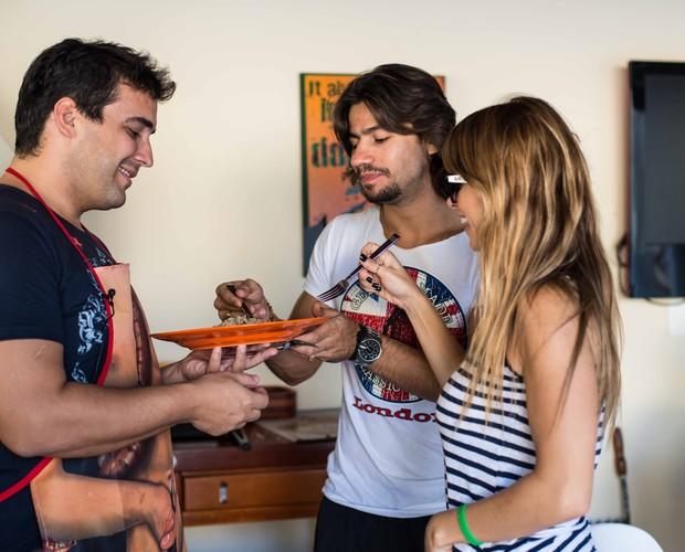 André, Dany e Mariano degustam aperitivo no churrasco (Foto: Camila Serejo / TV Globo)