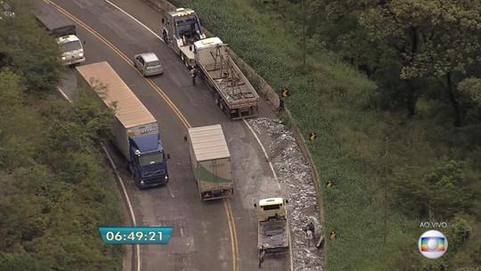 Caminhão tomba na BR-381, em Caeté, na Região Metropolitana de Belo Horizonte