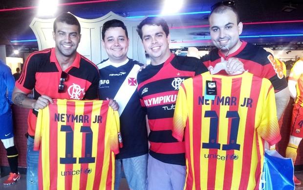 Brasileiros compram camisas de Neymar na Espanha (Foto: Lincoln Chaves)