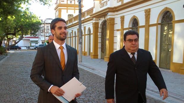 Eduardo Leite foi a pé de sua casa até a praça onde foi realizada a posse (Foto: Guilherme Canal/RBS TV)