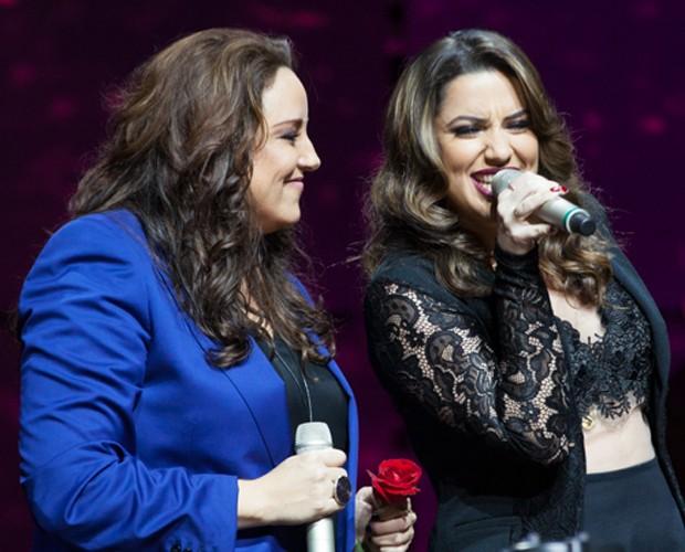 Ana Carolina observa enquanto Rosana solta a voz no palco (Foto: Fabiano Battaglin / Gshow)