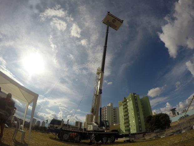 Estrutura é içada a 40 metros de altura (Foto: Jomar Bellini / G1)