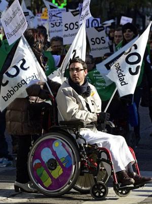 Portadores de deficiência fazem manifestação em Madri por cortes no orçamento, no dia internacional de portadores de deficiência. (Foto: Javier Soriano/AFP)