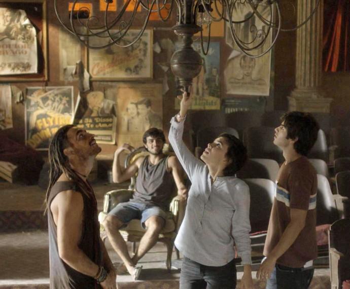 No meio do corre-corre, Jonatas leva o grupo de ativistas para o cinema abandonado (Foto: TV Globo)