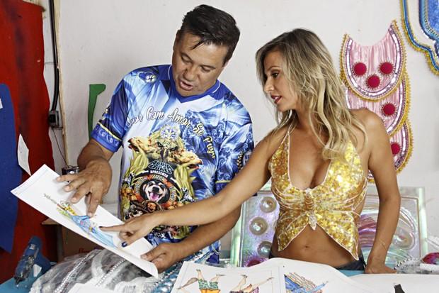 Amarildo de Mello, carnavalesco da Águia de Ouro, mostra desenhos de fantasias para Luisa (Foto: Celso Tavares/EGO)
