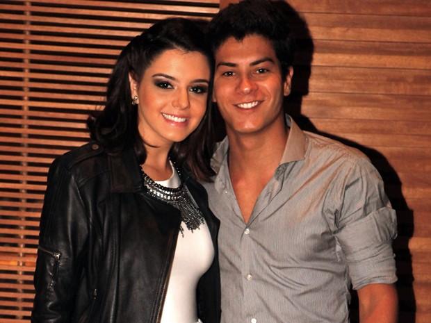Giovanna Lancellotti chega com o namorado, Arthur Aguiar, ao primeiro evento oficial do casal (Foto: Gabriela / TV Globo)