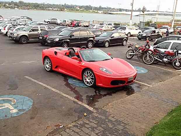 Um motorista e estacionou uma Ferrari em local proibido, numa área reservada para deficientes, sem o adesivo de permissão (Foto: Kléber Cabral / VC no G1)