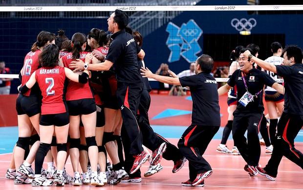 Japão comemora bronze no vôlei contra a Coreia (Foto: Reuters)