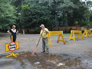 Vazamento em cruzamento preocupa moradores (Foto: Fernanda Zanetti/G1)