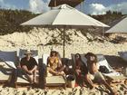 Bruna Marquezine e Tatá Werneck relaxam em praia do Caribe