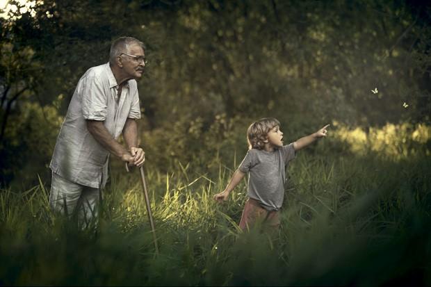 Kevin observa as borboletas sob o olhar atento do avô. (Foto: Ivette Ivens)