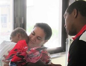 renato no instituto nacional de cardiologia com o pequeno João Gabriel (Foto: Janir Junior / Globoesporte.com)
