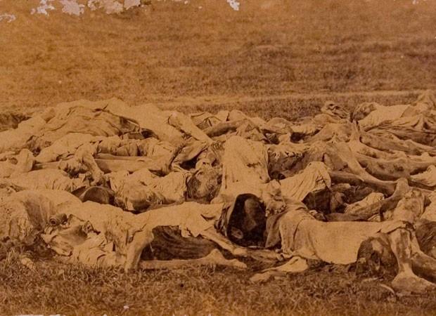 Paraguaios mortos na guerra, em foto de 1866 (Foto: Fundação Biblioteca Nacional)