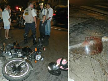 Moto de suspeitos estava com placa adulterada. Tiros destruíram capacete de policial. (Foto: Fernando Ribeiro / Arquivo Pessoal)
