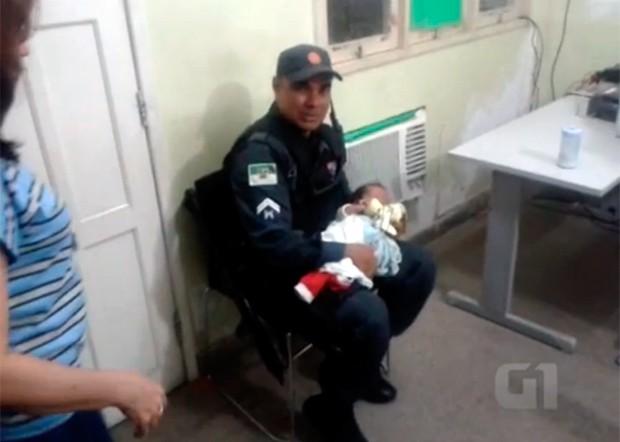Cabo Geraldo Lima disse que ficou emocionado ao resgatar o bebê (Foto: Divulgação/Polícia Militar do RN)