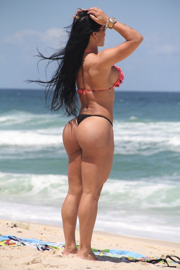 Fabiana Frota na praia (Foto: Rodrigo dos Anjos / AgNews)