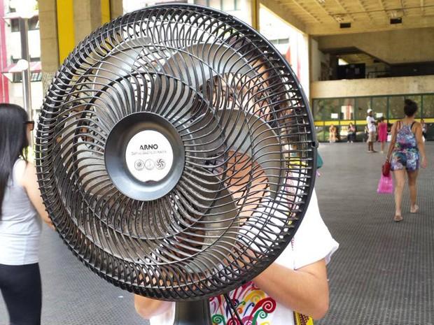 Débora Fram levou um ventilador para a UFMG depois de sentir muito calor no sábado (Foto: Raquel Freitas/G1)