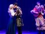 Klara Castanho beija na boca em sua estreia no teatro
