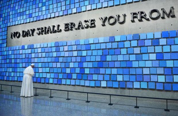 O Papa Francisco visita o Memorial do 11 de Setembro em Nova York nesta sexta-feira (25) (Foto: Susan Watts/Daily News/Reuters)