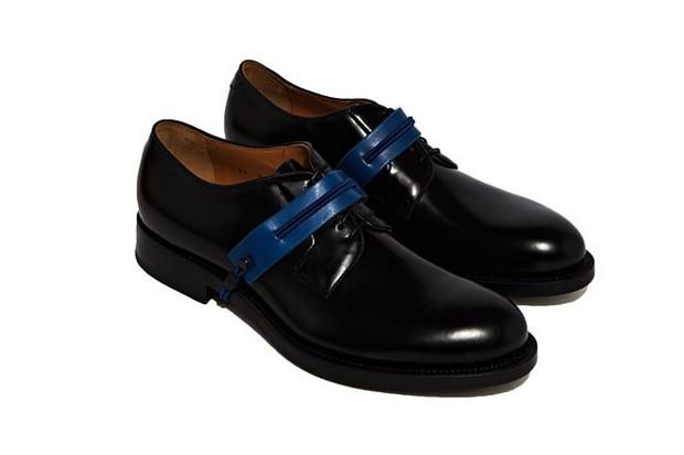 Sapato com acessório azul (Foto: Divulgação)