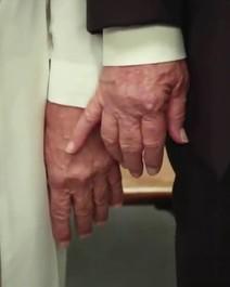 Papa deu tapa na mão de Trump?