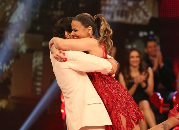 A dupla trocou um abraço emocionado após a primeira apresentação (Foto: Carol Caminha/Gshow)